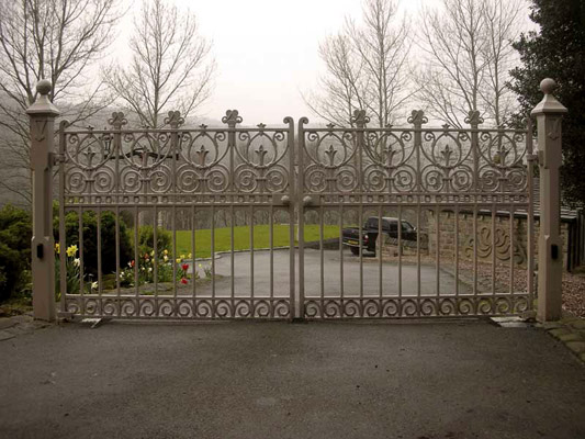 Victorian style cast iron driveway gates from the Heritage Prospect collection