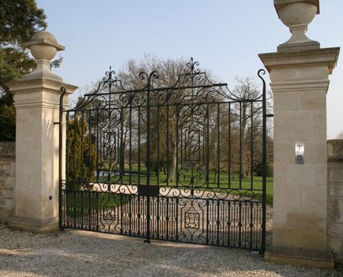 Automatic electric driveway gates